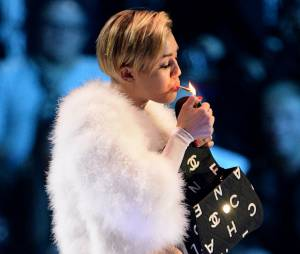 MTV EMA 2013 : Miley Cyrus fume un joint en plein direct