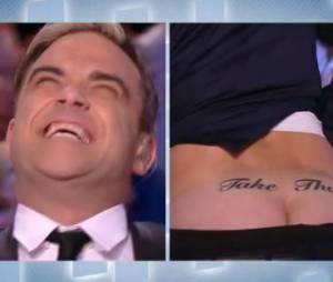 Le Grand Journal : Antoine de Caunes montre ses fesses tatouées à Robbie Williams