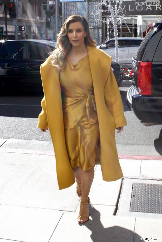 Kim Kardashian et sa tenue un peu trop jaune à Los Angeles le 11 décembre 2013