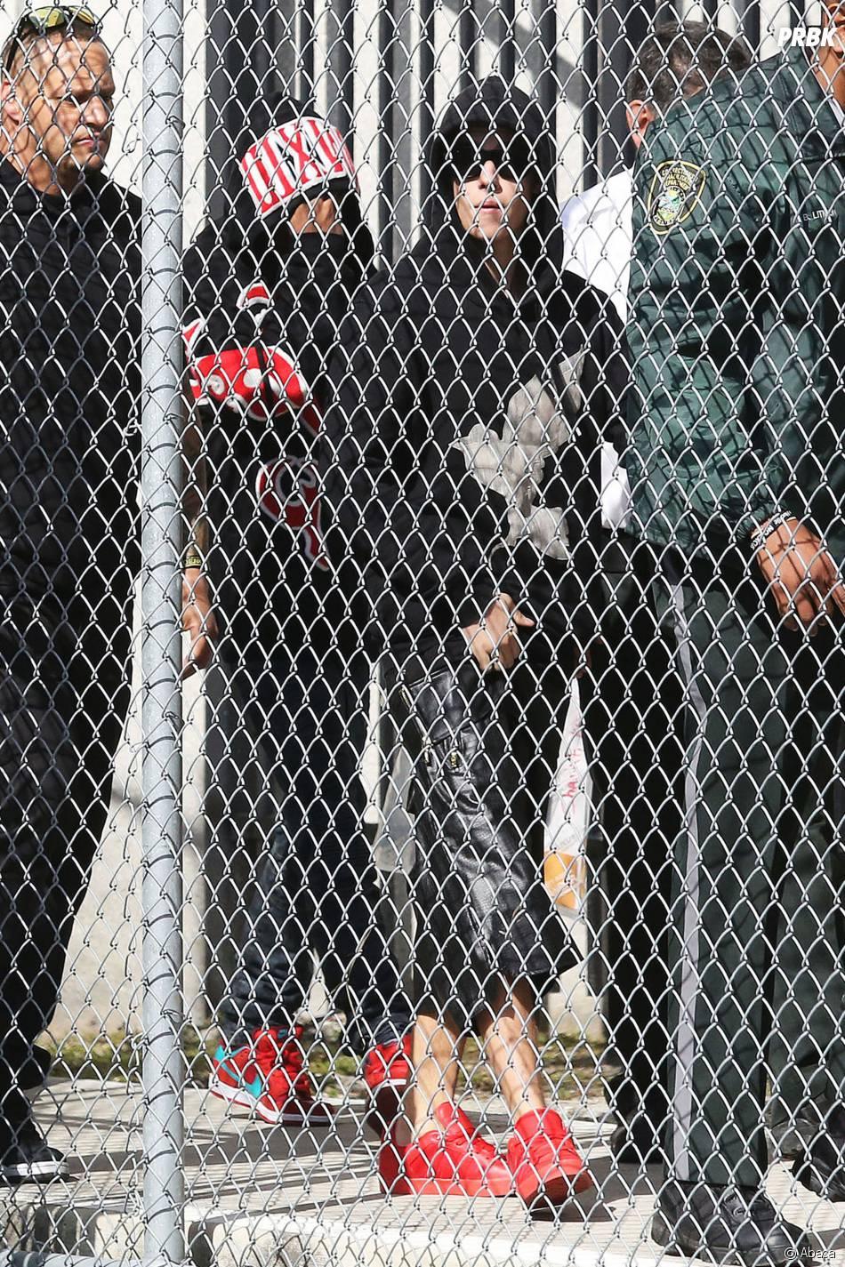 Justin Bieber se dirige vers la sortie de son centre de détention le 23 janvier 2014