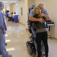 [PHOTO] Paralysé, le chirurgien Ted Rummel continue d'opérer en fauteuil roulant