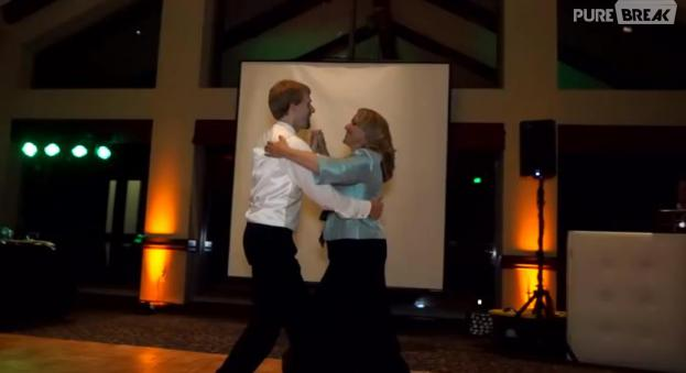 Pour son mariage, il danse avec sa mère