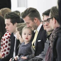 David Beckham, Harper sur les genoux, Brookyln, Romeo et Cruz au défilé de maman