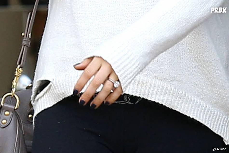 Mila Kunis dévoile sa bague de fiançailles avec Ashton Kutcher, le 27 février 2014 à Los Angeles