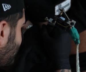 Dorian Rossini et son tatouage sur le sexe fait par Bruno Haïk