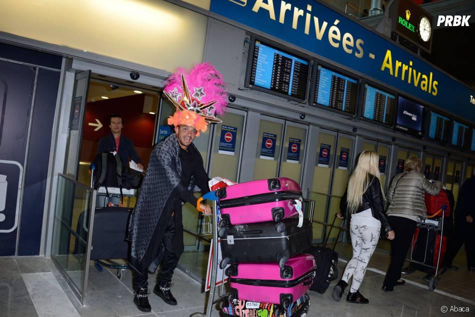 Les Marseillais à Rio : Julien et son chapeau fantaisiste, à l'aéroport Charles-de-Gaulle, le 6 mars 2014