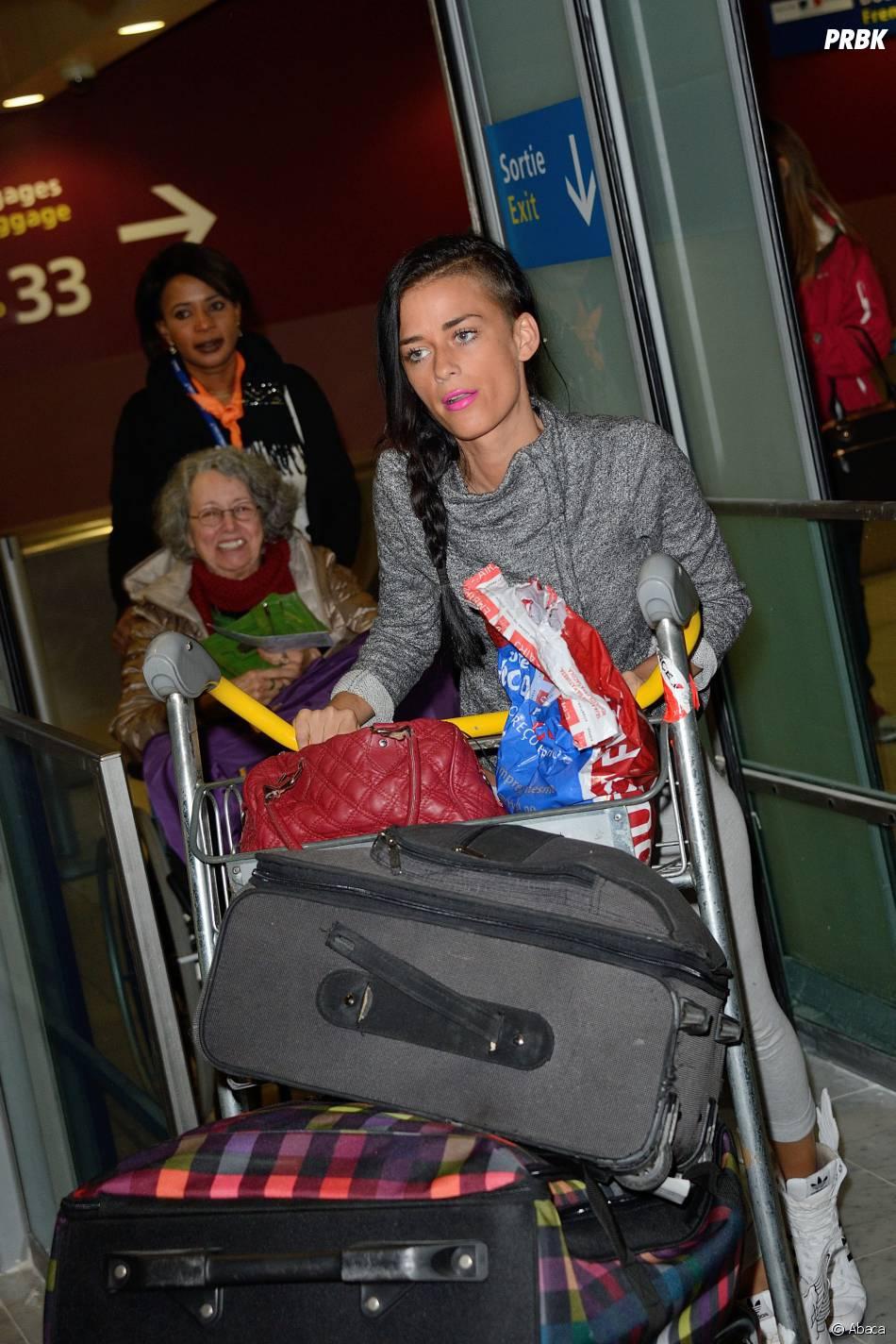 Les Marseillais à Rio : Kelly avec ses bagages à l'aéroport Charles-de-Gaulle, le 6 mars 2014