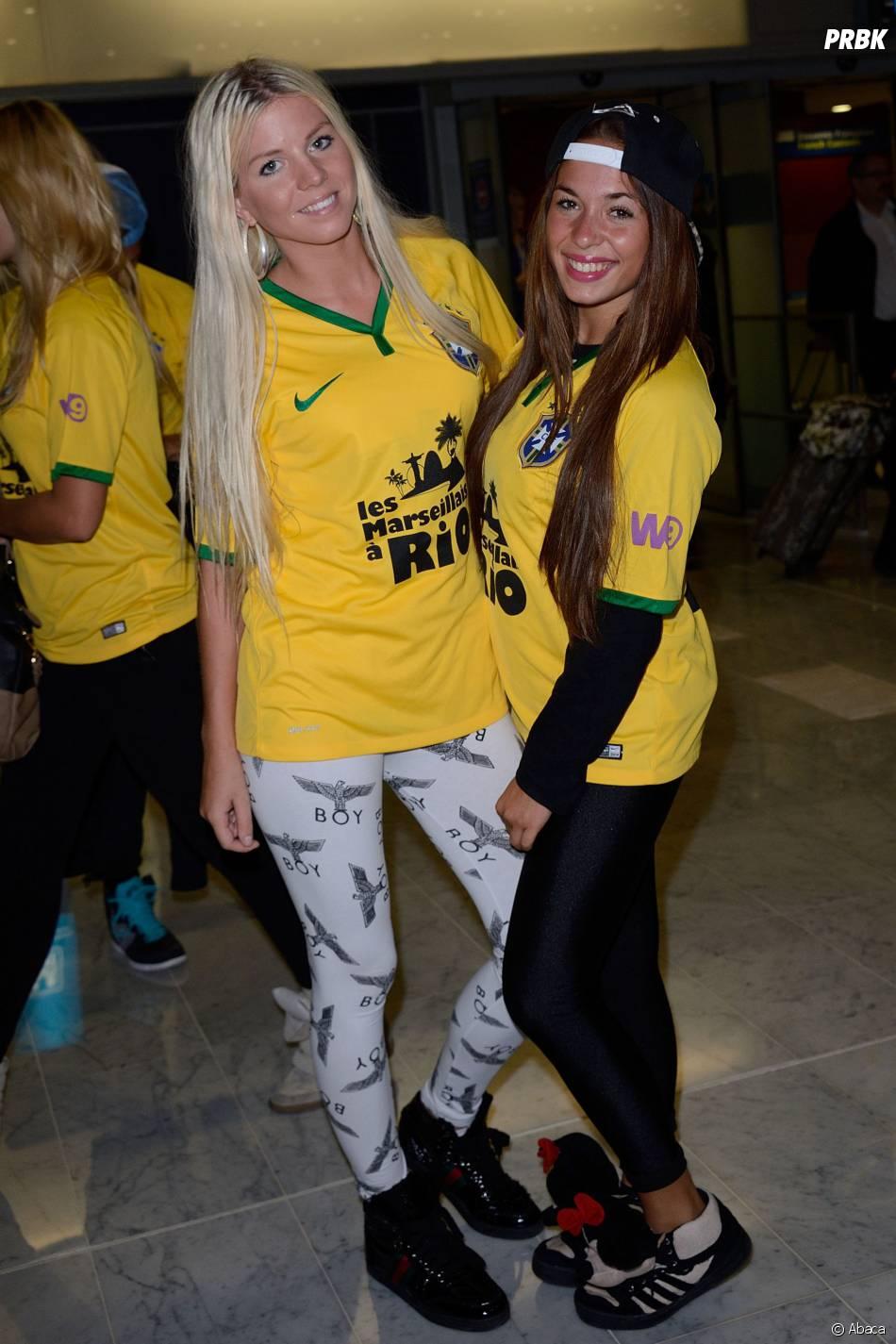 Les Marseillais à Rio : Jessica et Stéphanie avec le maillot des Marseillais, le 6 mars 2014, à l'aéroport Charles-de-Gaulle