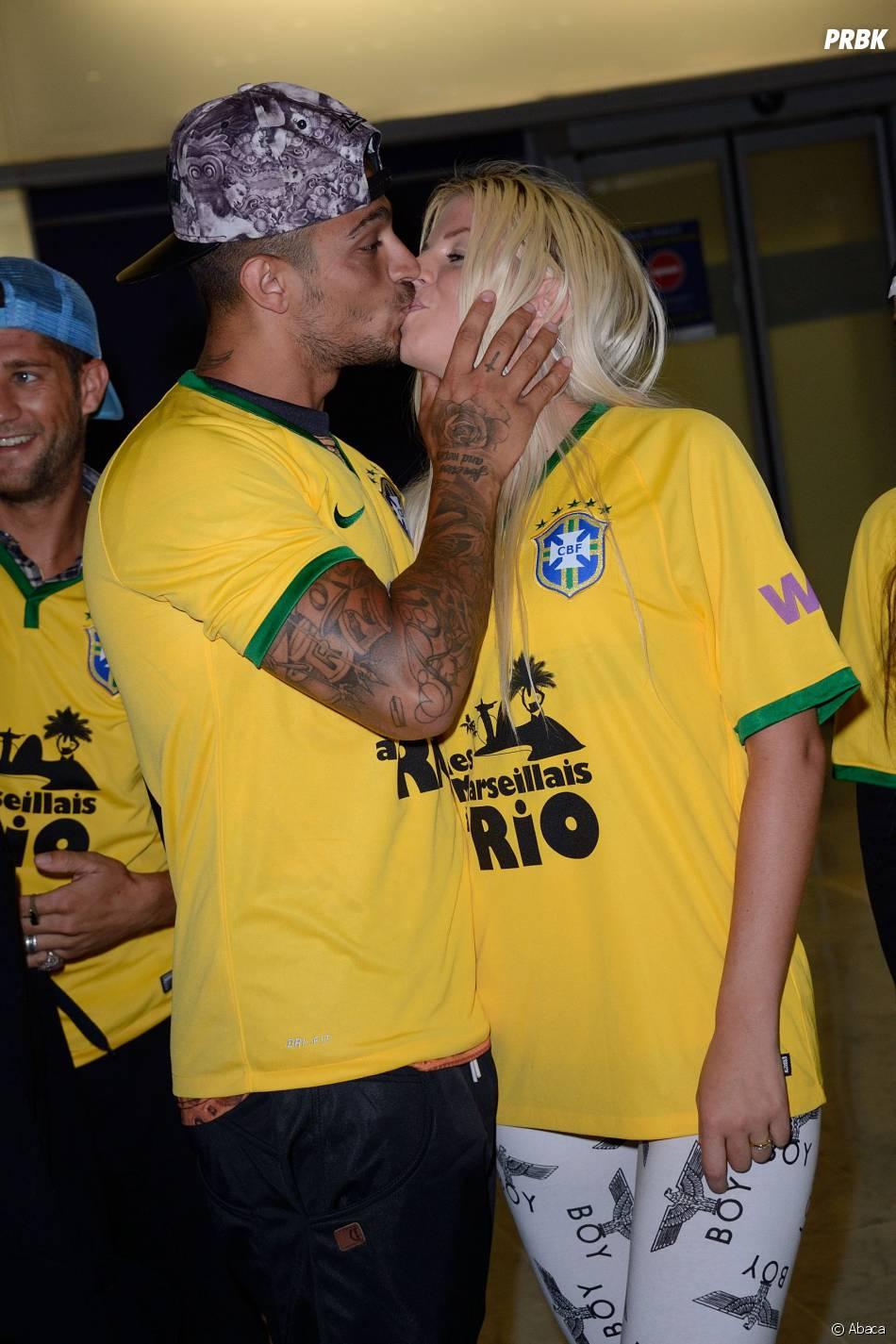 Les Marseillais à Rio : Julien et Jessica s'embrassent à l'aéroport Charles-de-Gaulle, le 6 mars 2014