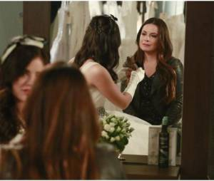 Pretty Little Liars saison 4, épisode 23 : Lucy Hale et Holly Marie Combs sur une photo promo