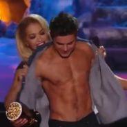 Zac Efron : Rita Ora lui arrache sa chemise lors des MTV Movie Awards 2014