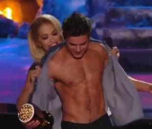 Zac Efron déshabillé par Rita Ora lors des MTV Movie Awards 2014