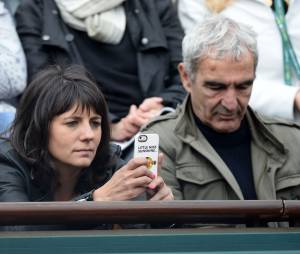Raymond Domenech et Estelle Denis dans les tribunes de Roland Garros le 27 mai 2014