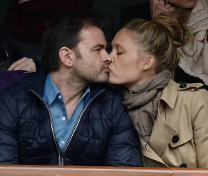 Clovis Cornillac et sa femme dans les tribunes de Roland Garros le 27 mai 2014