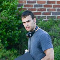Divergente 2 : Theo James et Miles Teller sortent les muscles pour le tournage