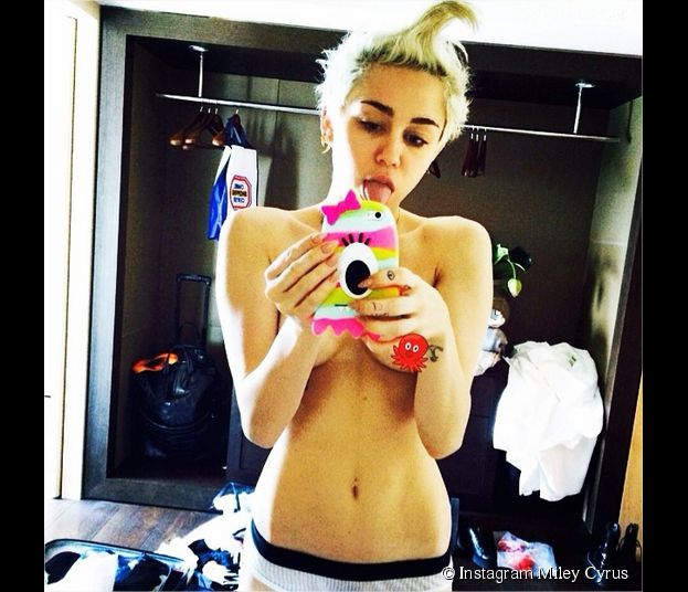 Miley Cyrus : selfie topless avant sa douche