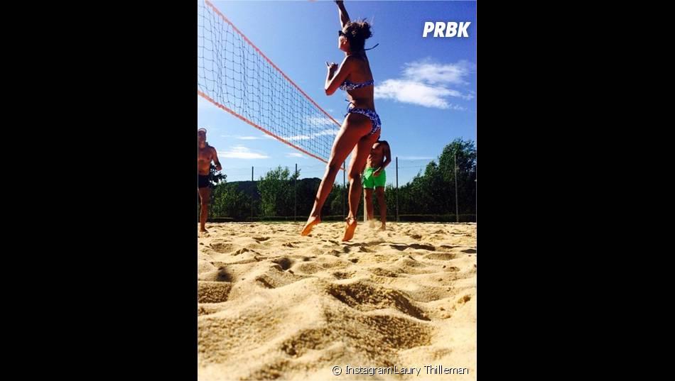 Laury Thilleman adepte du beach volley pendant ses vacances