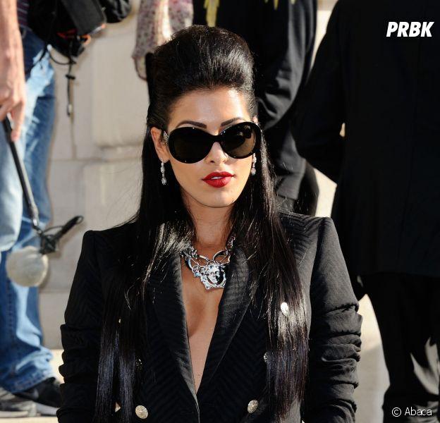 Ayem Nour très décolletée au défilé Versace pour la Fashion Week, le 6 juillet 2014 à Paris