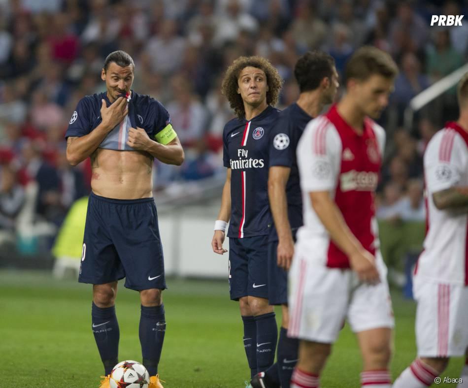 Zlatan Ibrahimovic exhibe ses abdos lors de PSG VS Ajax, le 17 septembre 2014 dans la cadre de la Ligue des Champions
