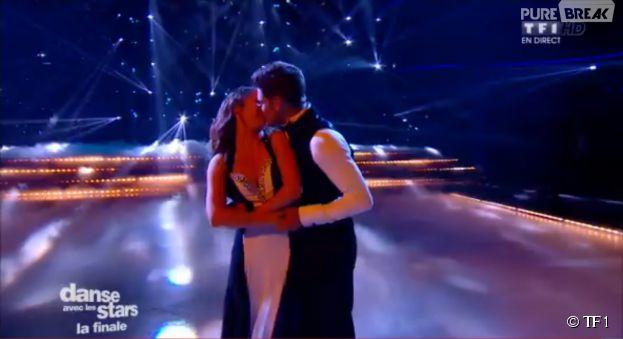 Rayane Bensetti et Denitsa Ikonomova : bisou pendant la finale de Danse avec les stars 5, le 29 novembre 2014 sur TF1