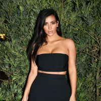 Kim Kardashian sexy : jambes et poitrine à l'honneur pour la soirée Paper