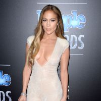 Jennifer Lopez : un décolleté hallucinant aux People Magazine Awards 2014