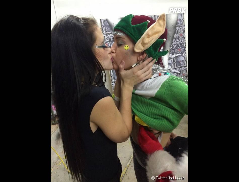 Miley Cyrus baiser lesbien pour une fête de Noël