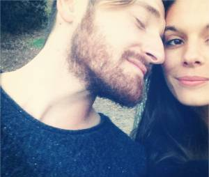 Caitlin Stasey (Reign) et Lucas Neff en couple