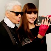 Kendall Jenner souriante mais stressée dans le making-of du shooting avec Karl Lagerfeld
