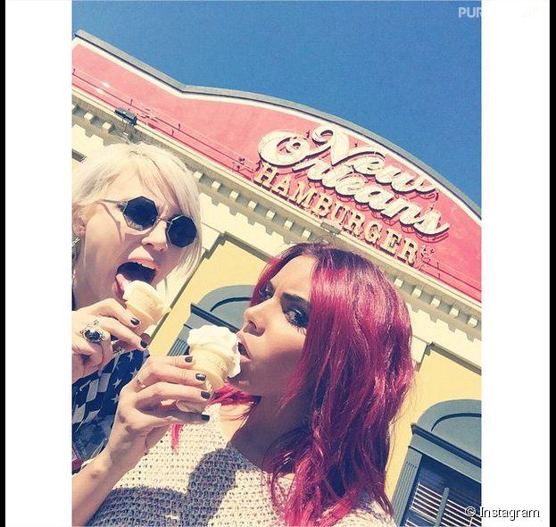 Shy'm et son amie Aria Crescendo sur le tournage du clip On s'en va en Louisiane, février 2015