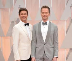 Neil Patrick Harris et son compagnon sur le tapis rouge des Oscars, le 22 février 2015 à Los Angeles