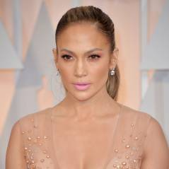 Jennifer Lopez décolletée, Jennifer Aniston tripote Emma Stone... le tapis rouge des Oscars 2015