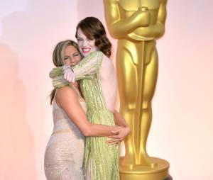 Jennifer Aniston câline Emma Stone sur le tapis rouge des Oscars, le 22 février 2015 à Los Angeles