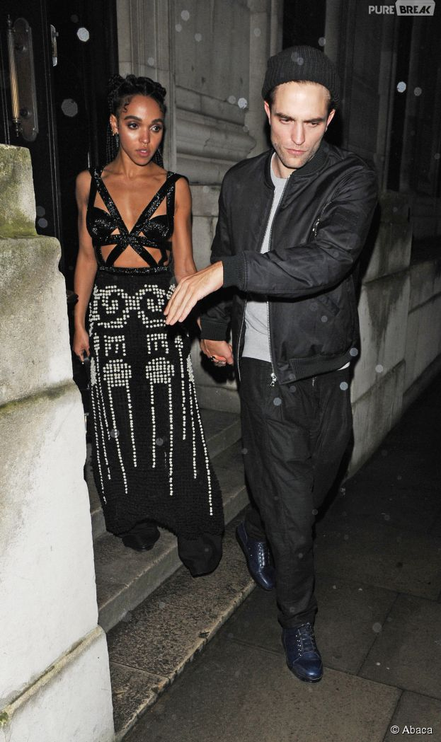 Robert Pattinson et FKA Twigs en couple à la sortie d'une soirée Warner Music, le 25 février 2015 à Londres