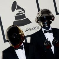 Daft Punk officiellement sans leurs casques... pour une sculpture !