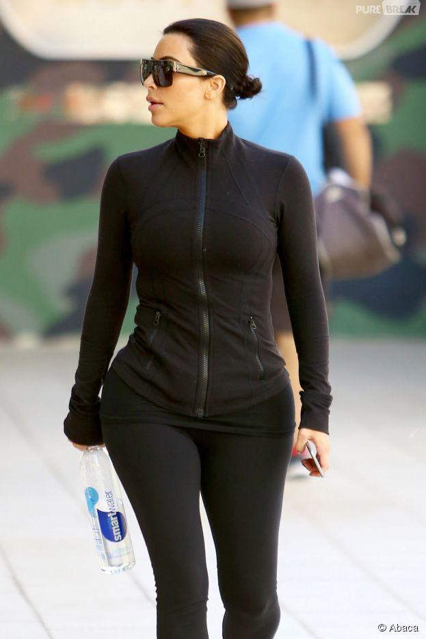 Kim Kardashian de nouveau brune à Los Angeles le 26 mars 2015