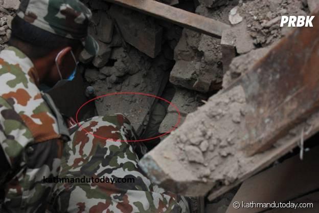 L'armée fouille les décombres à Katmandou après le séisme du 25 avril