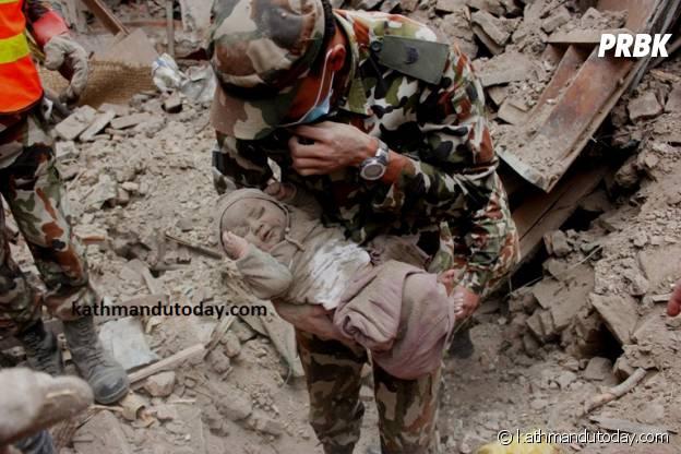 Sonit Awal, 4 mois, après son extraction des ruines d'un immeuble le 26 avril 2015 à Katmandou après le séisme du 25 avril 2015.