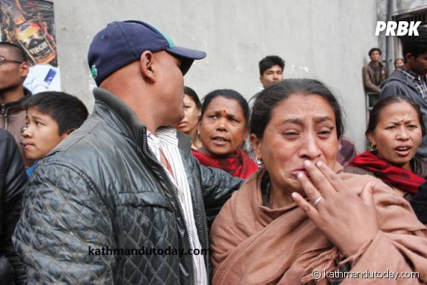 La foule émue par le sauvetage du petit Sonit Awal, 4 mois, le samedi 26 avril 2015 à Katmandou.