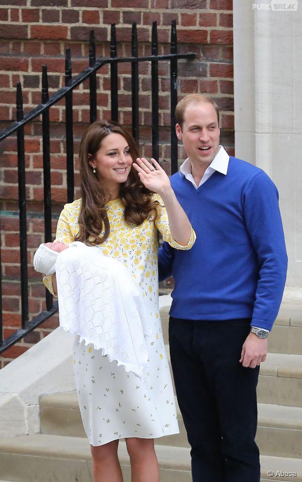 Kate Middleton et le Prince William présentent leur fille à la sortie de la Lindo Wing le 2 mai 2015