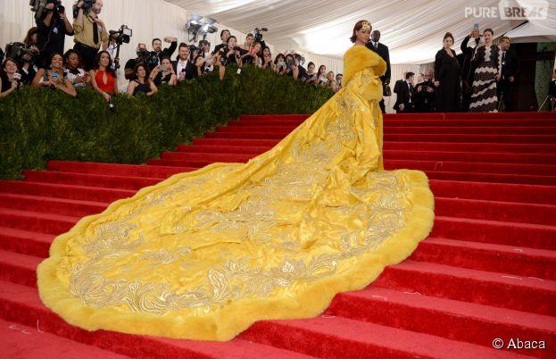 Rihanna et sa robe jaune qui amuse Twitter sur le tapis rouge du MET Gala 2015 à New-York, le 4 mai 2015