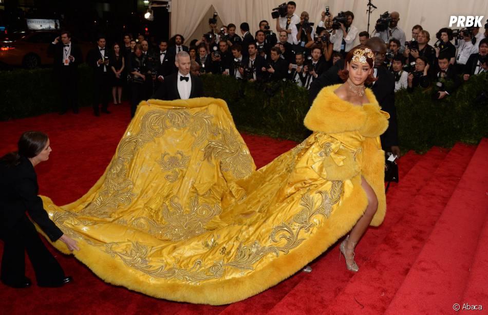 Rihanna galère avec sa traîne sur le tapis rouge du MET Gala 2015 à New-York, le 4 mai 2015
