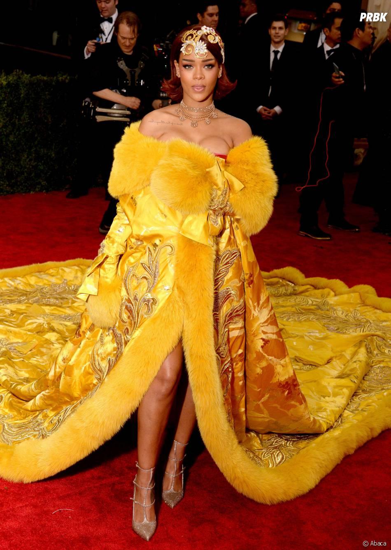 Rihanna : robe hallucinante et longue traîne sur le tapis rouge du MET Gala 2015 à New-York, le 4 mai 2015