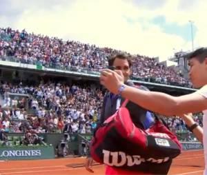 Un spectateur de Roland Garros tente de prendre un selfie avec Roger Federer, le 24 mai 2015
