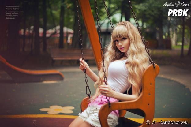 Angelica Kenova pose dans une balançoire
