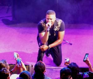 Axel Tony au concert de la Fête de la musique enregistré au Divan du Monde et diffusé sur Trace TV le 21 juin 2015