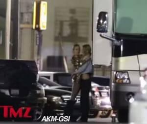 Miley Cyrus et Stella Maxwell très proches dans une vidéo de TMZ