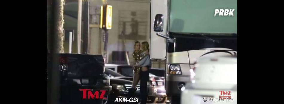 Miley Cyrus et Stella Maxwell en couple : câlin complice à Los Angeles en juin 2015