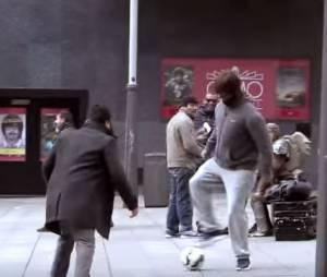 Cristiano Ronaldo surprend des fans en pleine rue