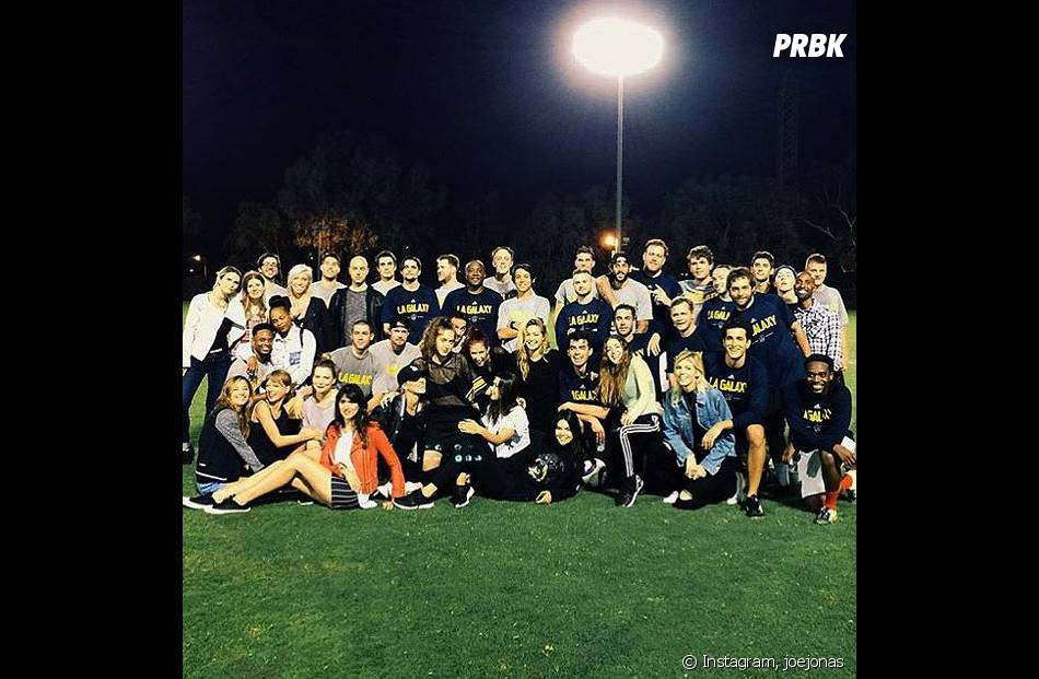Joe Jonas entouré de ses invités à sa fête d'anniversaire surprise organisée par Gigi Hadid, le 10 août 2015